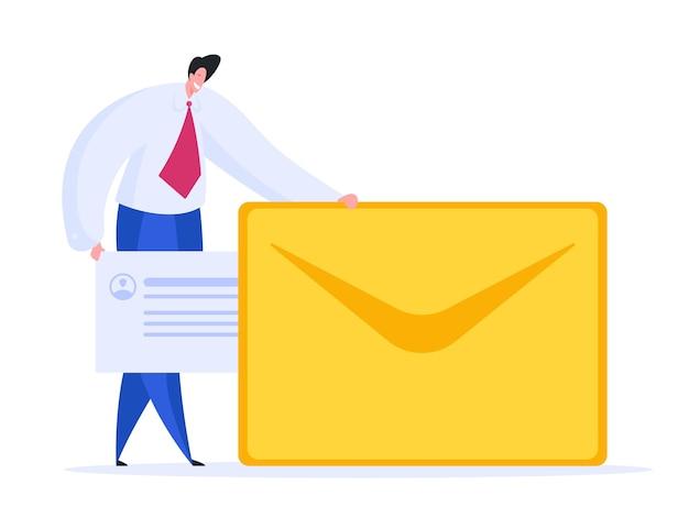 Positieve mannelijke ondernemer die en bericht glimlacht aanbrengt in de envelop