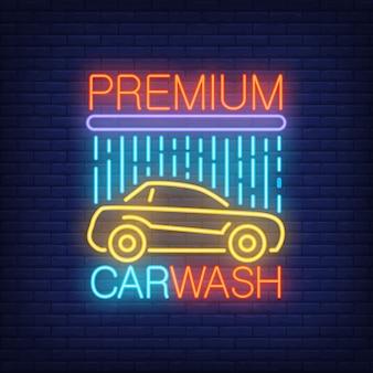 Premium carwash-neontekst en auto onder douche.