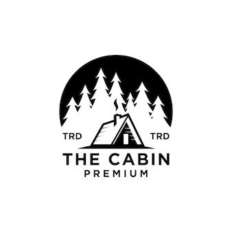 Premium houten hut en dennenbos op het cirkelretro-logo