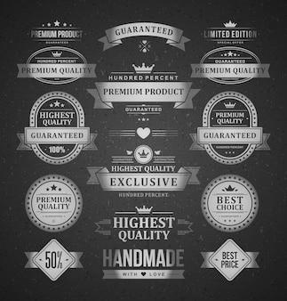Premium producten etiketten logo's instellen. kwaliteitsgegarandeerde geometrische stickers met gebogen certificatielinten. oude beproefde winkellabels en promotie nieuwe bedrijven met luxemerken.