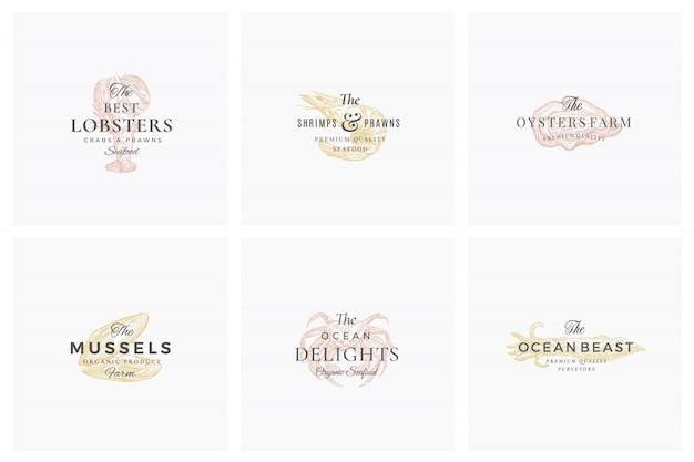 Premium zeevruchten abstracte tekens, symbolen of logo sjablonen set. elegante handgetekende garnalen, mossel, oester, krab en inktvis schetsen met stijlvolle retro typografie. vintage luxe emblemen.