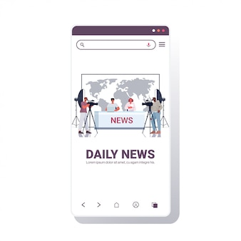 Presentatoren die met cameramensen uitzenden op televisiemensen die dagelijks nieuws bespreken bij moderne tv-studio smartphone scherm mobiele app volledige lengte kopie ruimte illustratie