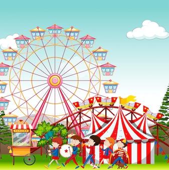 Pretpark met circus en reuzenradachtergrond