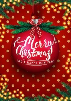 Prettige kerstdagen en gelukkig nieuwjaar, rode ansichtkaart met grote kerstbal met letters