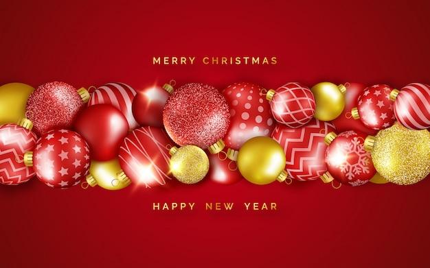 Prettige kerstdagen en gelukkig nieuwjaar wenskaart met horizontale glanzende kleurrijke ballen.