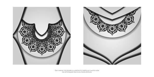Printklaar ansichtkaartontwerp in wit met zwarte mandala-patronen. uitnodigingssjabloon met plaats voor uw tekst en ornament.