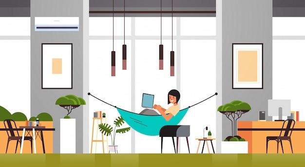 Printwoman freelancer met behulp van laptop thuis werken tijdens coronavirus quarantaine zelfisolatie freelance