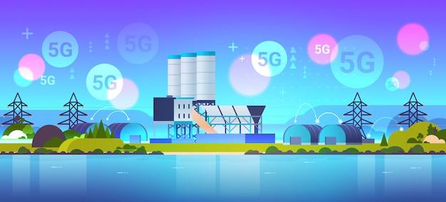 Productie fabrieksgebouwen 5g online draadloze systeemverbinding industriezone installatie met pijpen en schoorsteen krachtcentrale productietechnologie concept horizontaal vlak
