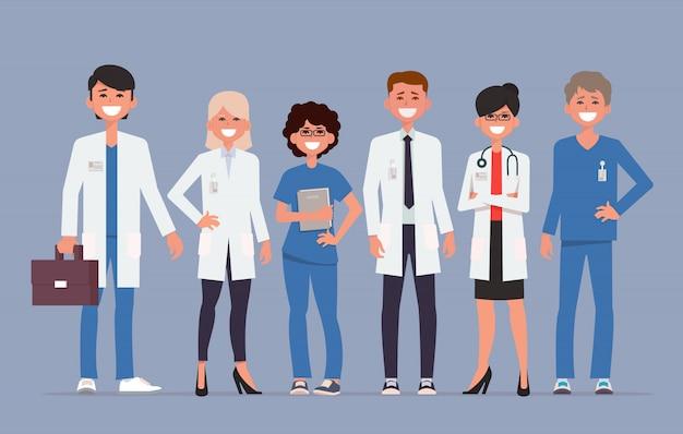 Professionele artsen en verpleegsters die samen poseren.