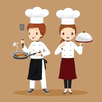 Professionele man en vrouwelijke chef-koks met voedsel in handen