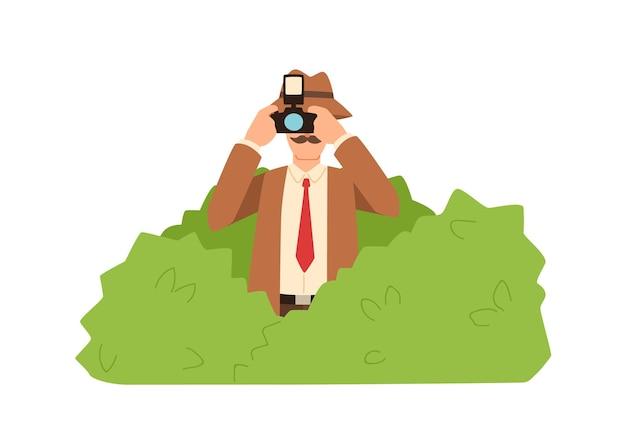 Professionele mannelijke privé-detective verstopt in struiken maken foto vlakke afbeelding