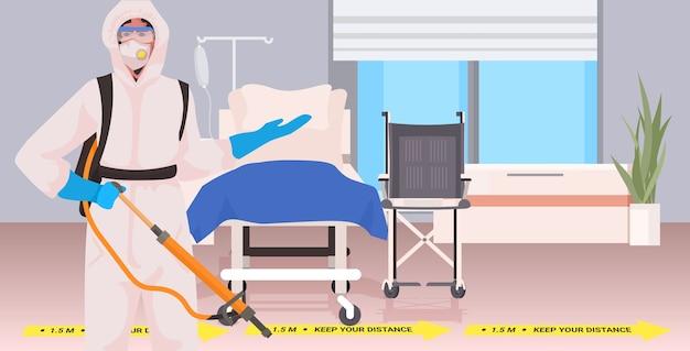 Professionele reiniger in hazmat pak conciërge reiniging en desinfectie coronavirus