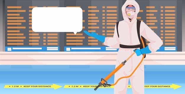 Professionele reiniger in hazmat pak conciërge reiniging en desinfectie