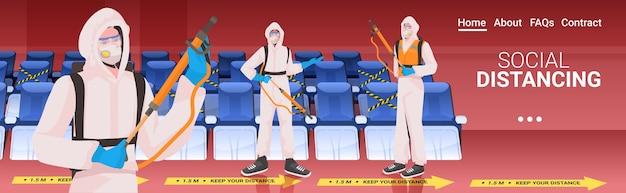 Professionele schoonmakers in hazmat pakken conciërges team schoonmaken en ontsmetten