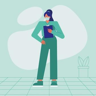 Professionele vrouwelijke chirurg die medisch masker met controlelijst draagt