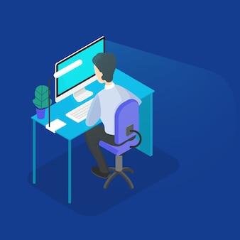 Programmeur die op de computer op kantoor werkt