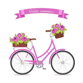 Purpere retro fiets met boeket in bloemenmand en doos op boomstam.