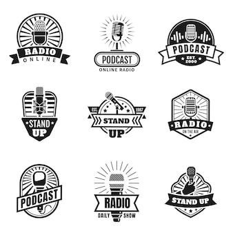 Radio emblemen. podcast-, uitzending- en studiobadges met vintage microfoons. sta op logo met hand met microfoon. muziekstation vector set. illustratie radio-uitzending microfoon embleem