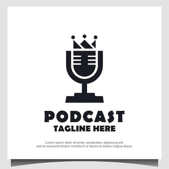 Radio of podcast king logo-ontwerp met microfoon