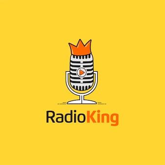 Radioking met microfoon en kroon