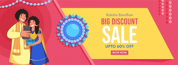 Raksha bandhan verkoop koptekst of banner en vrolijke jongen selfie te nemen aan zijn zus.