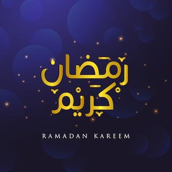 Ramadan kareem arabische islamitische kalligrafietekst in goud op een lichtblauwe achtergrond