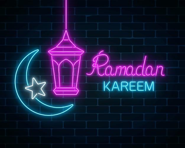 Ramadan kareem begroetingstekst met fanuslantaarn, ster en halve maan.