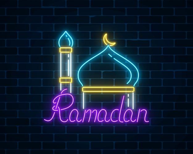 Ramadan kareem begroetingstekst met moskeekoepel en minaret.