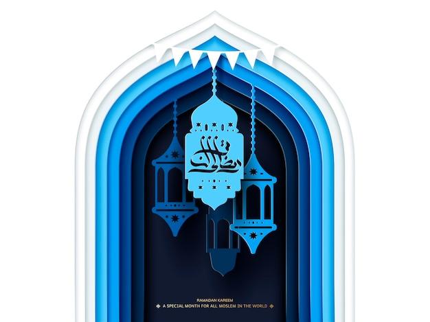 Ramadan kareem-kalligrafie op fanoos die op boog in papaer-kunststijl in blauwe en witte toon hangen