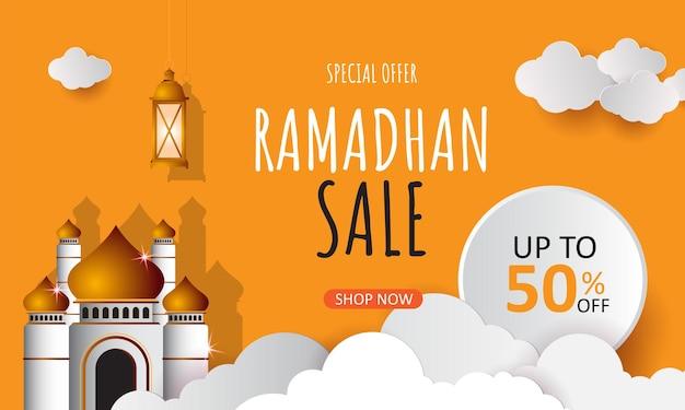 Ramadan kareem-verkoopbanner in papieren stijl met lantaarns en halve maan