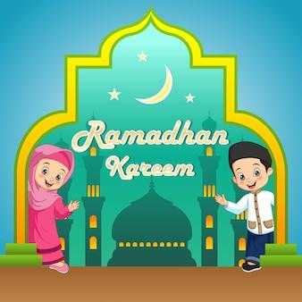 Ramadan kareem-wenskaart met grappige cartoon moslimkinderen