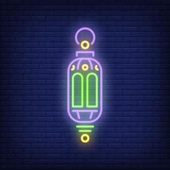 Ramadan lantaarn neonteken. overladen traditionele lamp op donkere bakstenen muurachtergrond.