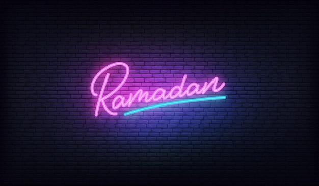 Ramadan neon. belettering gloeiende teken voor de viering van de ramadan