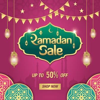 Ramadan sale-banner met gouden glanzend frame, arabische lantaarns en islamitisch ornament op paars. tot 50% kortingsaanbieding