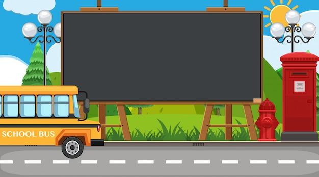 Randsjabloon met schoolbus op de weg