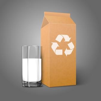 Realistisch blanco kraftpapierpakket met recyclebord en glas voor melksapcocktail enz