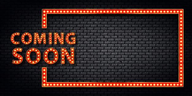 Realistisch geïsoleerd retro selectiekaderbord met elektrische lichtlampen van het logo van coming soon voor uitnodiging op de muurachtergrond