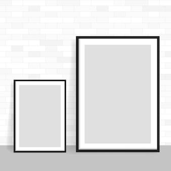 Realistisch kader op lichte grungebakstenen muur. perfect voor uw presentaties. frame voor uw projecten.