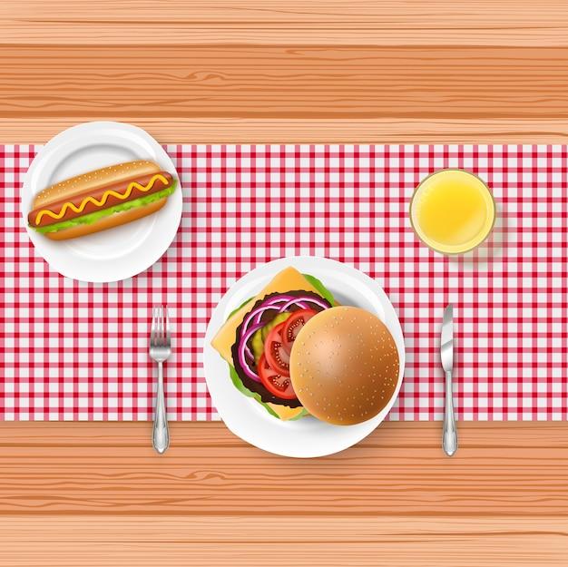 Realistisch snel voedselmenu met vork en mes op houten lijst