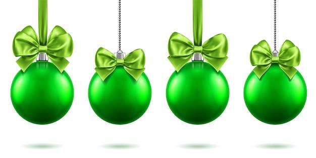 Realistisch speelgoed voor kerstmis of nieuwjaar 2019 met strikken die aan kettingen hangen. vrolijke dennenboomversieringen van kerstmis, groene kerstballen met strik-knopen, groene bollen voor kerstvakantie. viering thema