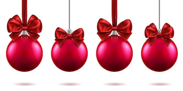 Realistisch speelgoed voor kerstmis of nieuwjaar 2019 met strikken die aan kettingen hangen. vrolijke dennenboomversieringen van kerstmis, rode kerstballen met strik-knopen, rode bollen voor kerstvakantie. viering thema