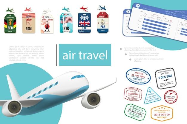 Realistisch vliegreizen concept met tags voor vliegtuigtickets en postzegels van verschillende landen
