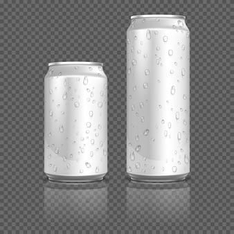 Realistische aluminium blikken met waterdruppels. voorraad