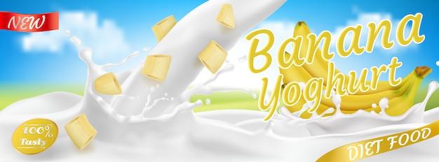 Realistische bananenbos in yoghurt, pakket. geel fruit met spattende druppels.