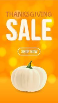 Realistische biologische witte pompoen geïsoleerd op oranje bokeh achtergrond thanksgiving herfst sale