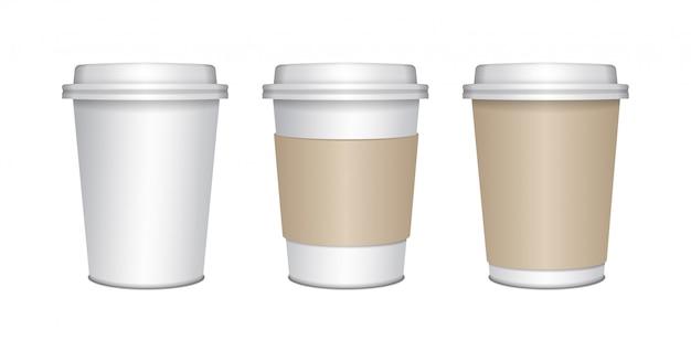 Realistische blanco mock up papieren bekers set met plastic deksel. koffie om mee te nemen, mok pakken