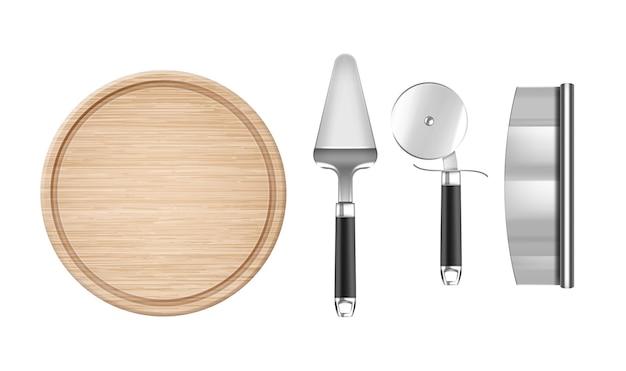 Realistische gereedschappen voor pizza: houten rond bord, messen, spatel