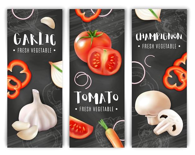 Realistische groenten verticale label set met krijtbord silhouetten en afbeeldingen van knoflookpaddestoelen en plakjes tomaat