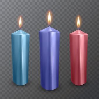 Realistische kaarsen van blauwe, paarse en rode kleuren, brandende kaarsen