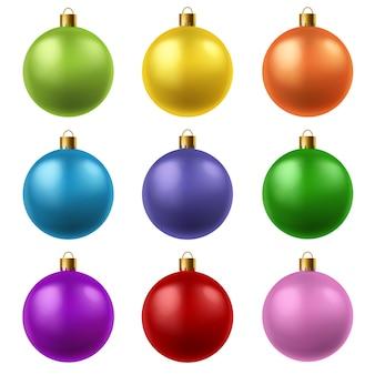 Realistische kerstballen. het kleurrijke hangende speelgoed van de glaskerstmis. wintervakantie kristal decor set